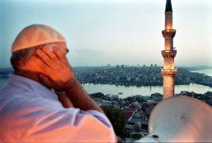 Muezzin fait l'Adhan